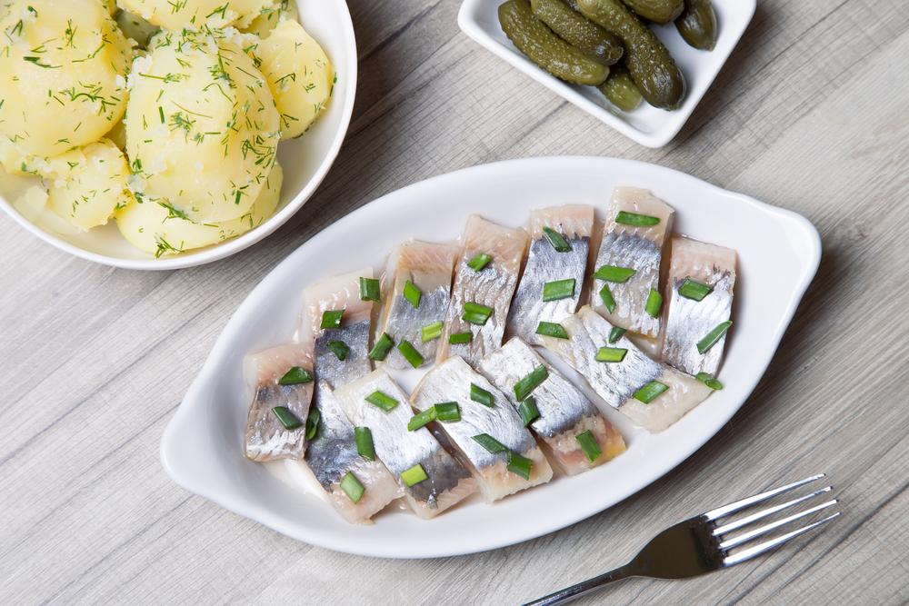 Филе селедки с зеленым луком, отварной картошкой и маринованными огурчиками