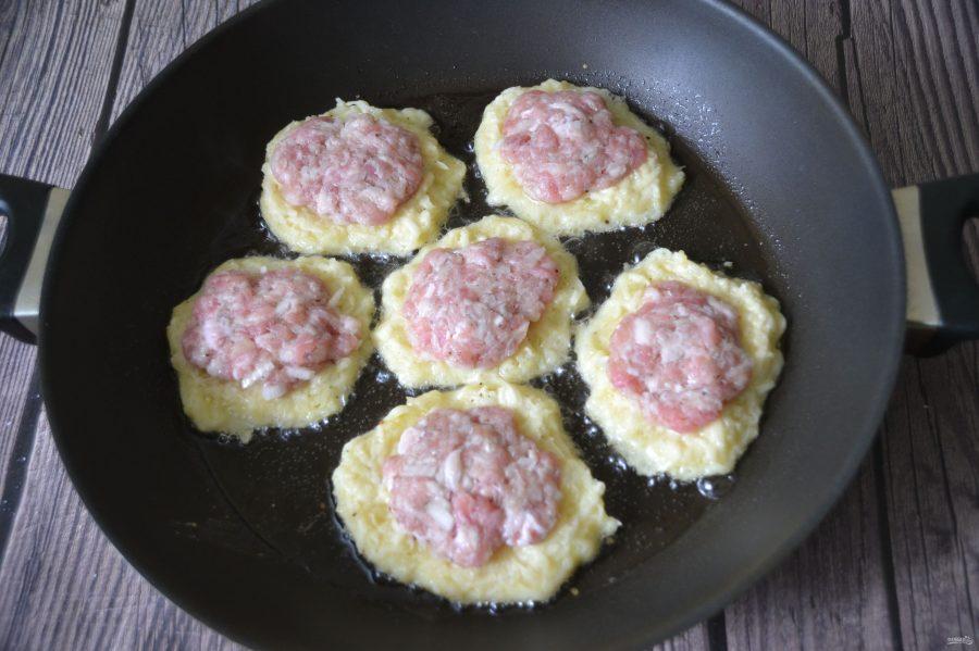 Приготовление картофельных оладий с начинкой