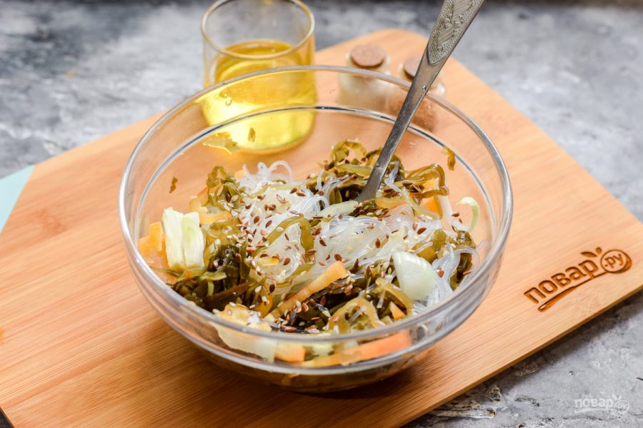 Салат с фунчозой и морской капустой