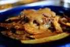 Говядина с картофелем-фри и соусом