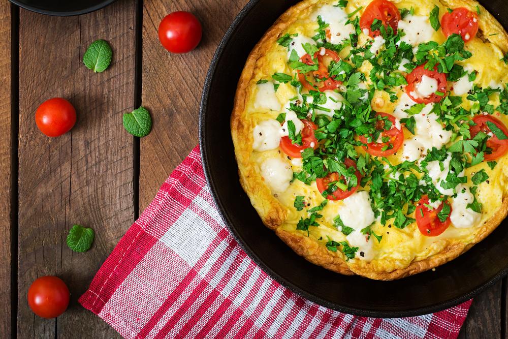 Пышный омлет с помидорами и сыром