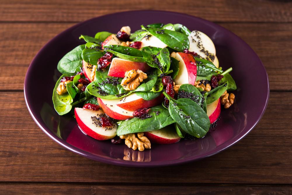 Свежий салат с яблоками, шпинатом и клюквой