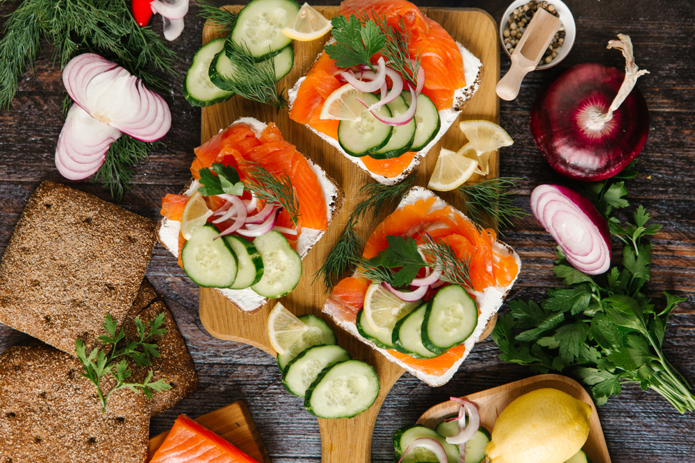 Бутерброды с творожным сыром, лососем и огурцом