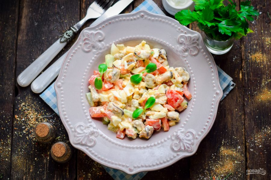 Салат с овощами и мидиями