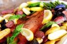 Жареный лосось с картофелем, спаржей и каперсами