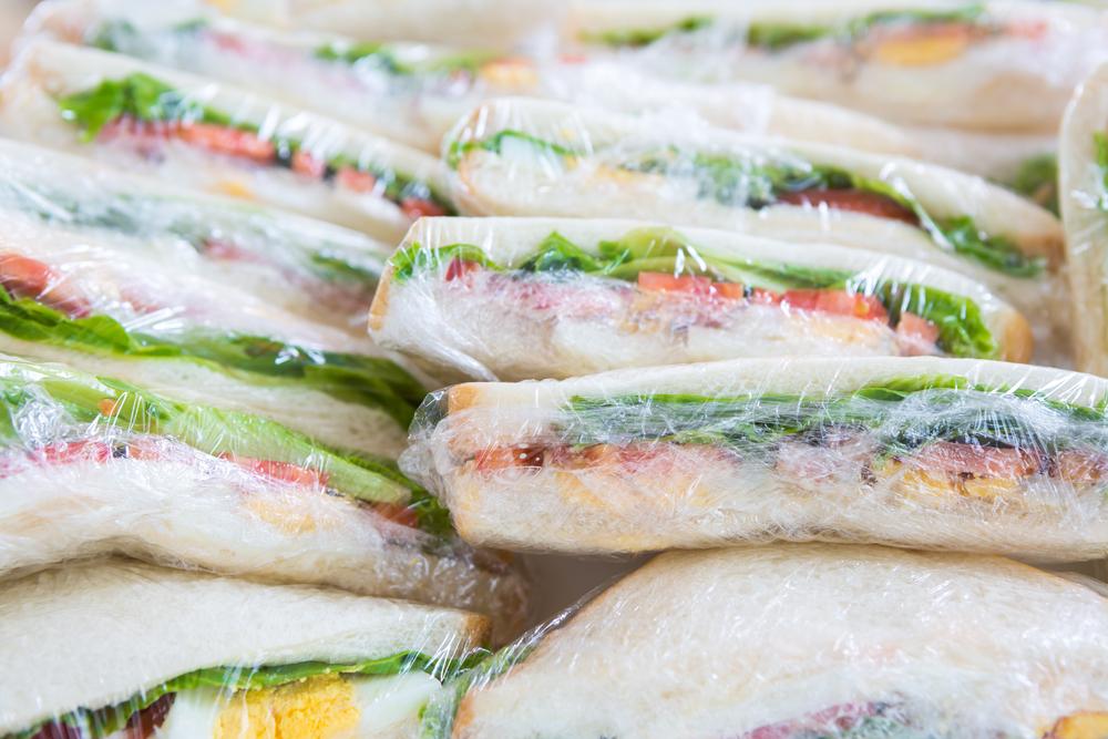 Бутерброды, завернутые в пищевую пленку