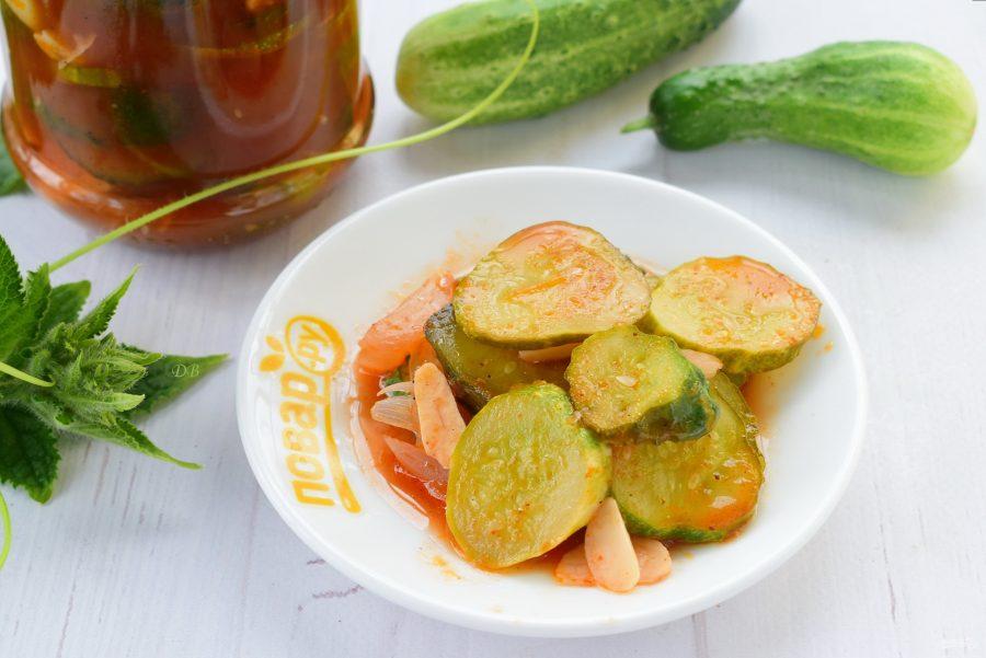 Салат из огурцов с томатным соусом