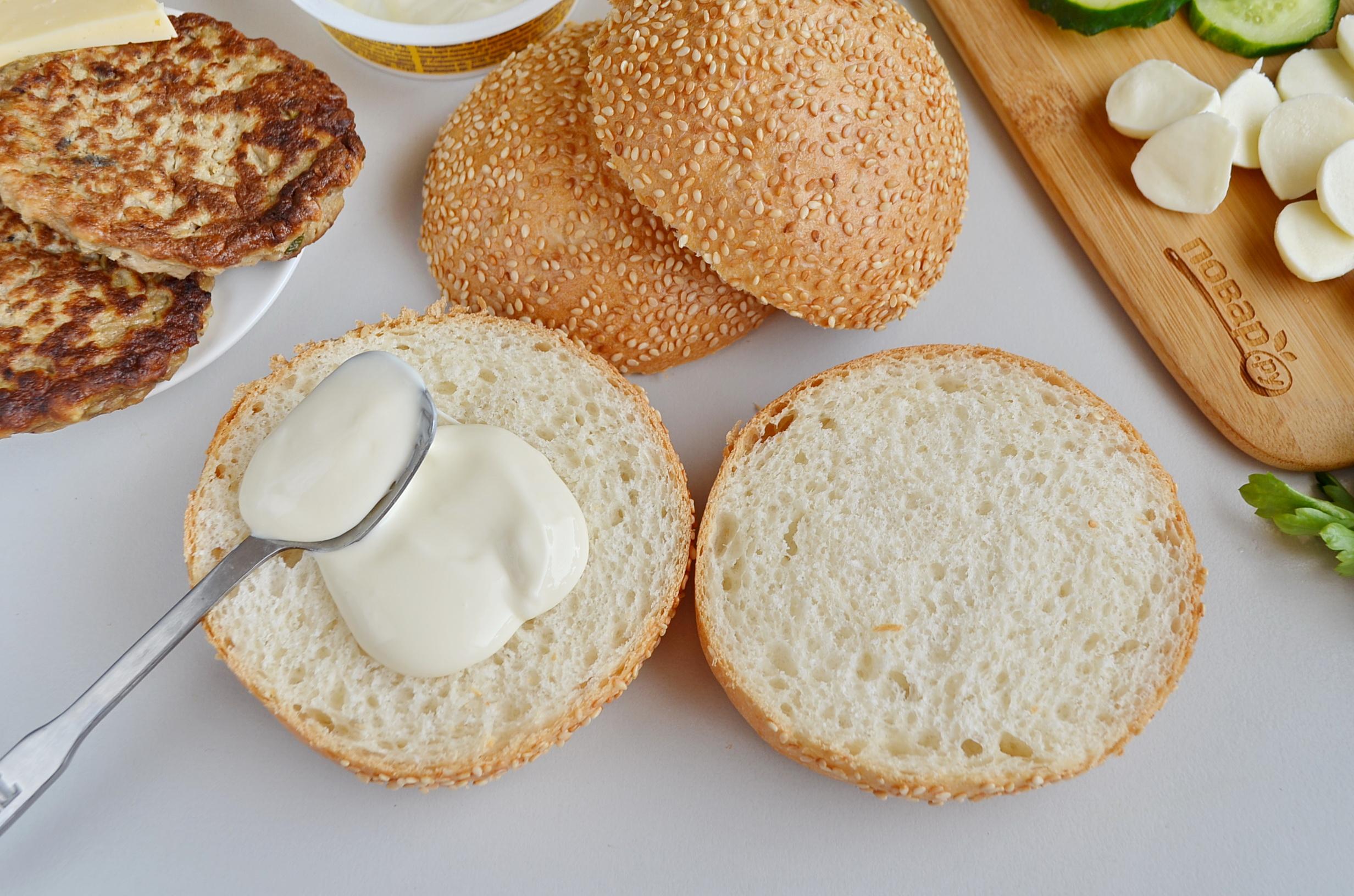 Булочка, смазанная плавленным сыром для приготовления сырного бургера