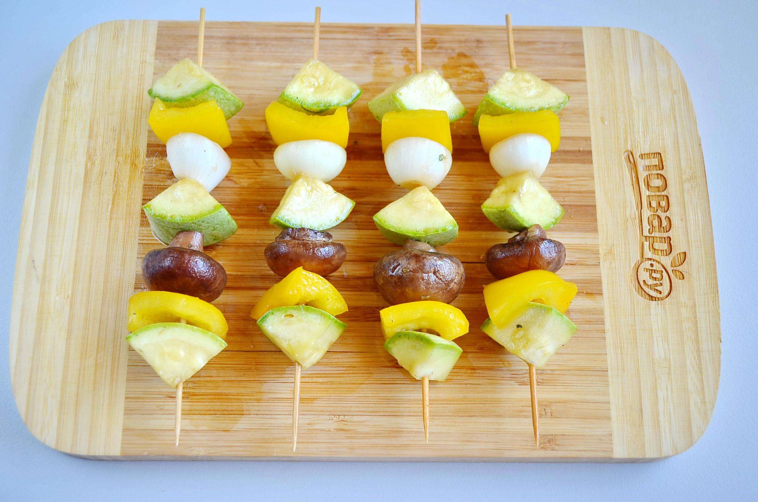 Овощи на гриле, шаг 4: нанизываем овощи на вымоченные шпажки