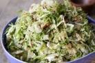Салат с капустой, яблоками и брюссельской капустой