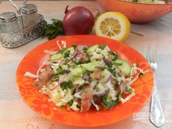 Салат из селедки с пекинской капустой