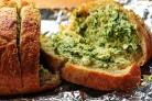 Хлеб с артишоками, сыром и чесноком