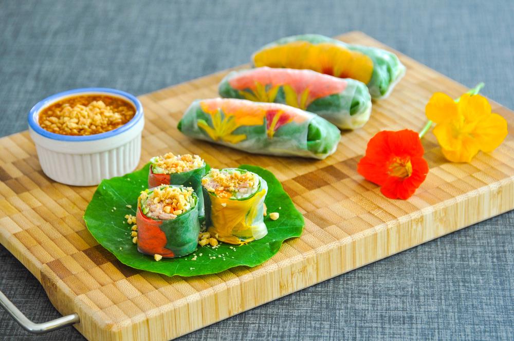 Спринг-роллы из рисовой бумаги с курицей и цветами