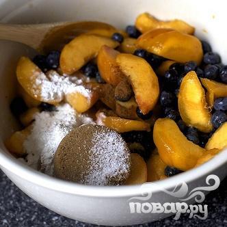 Коблер с персиками и черникой