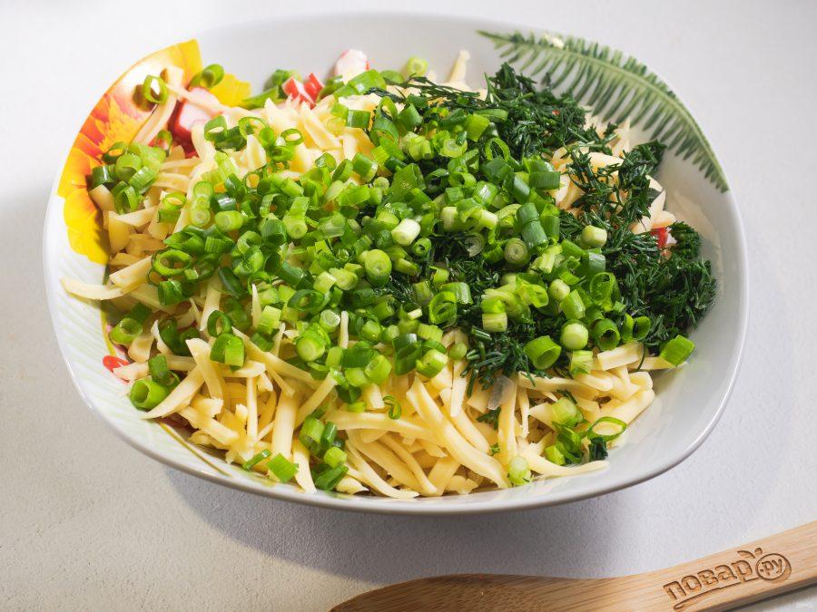 Салат с крабовыми палочками, кукурузой и сыром