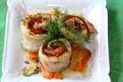 Рыбные рулетики, запеченные с овощами