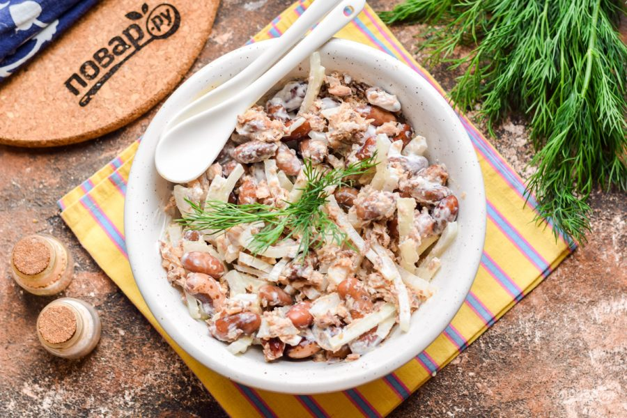 Салат с сайрой и фасолью