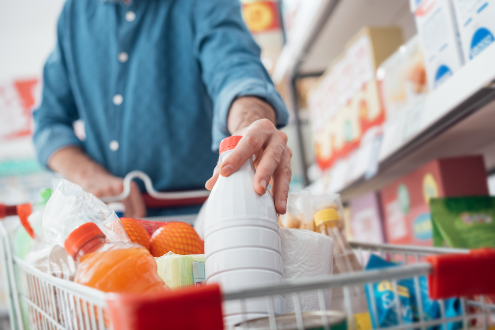 Продукты в тележке в супермаркете