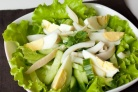 Салат из кальмаров, яиц и огурца