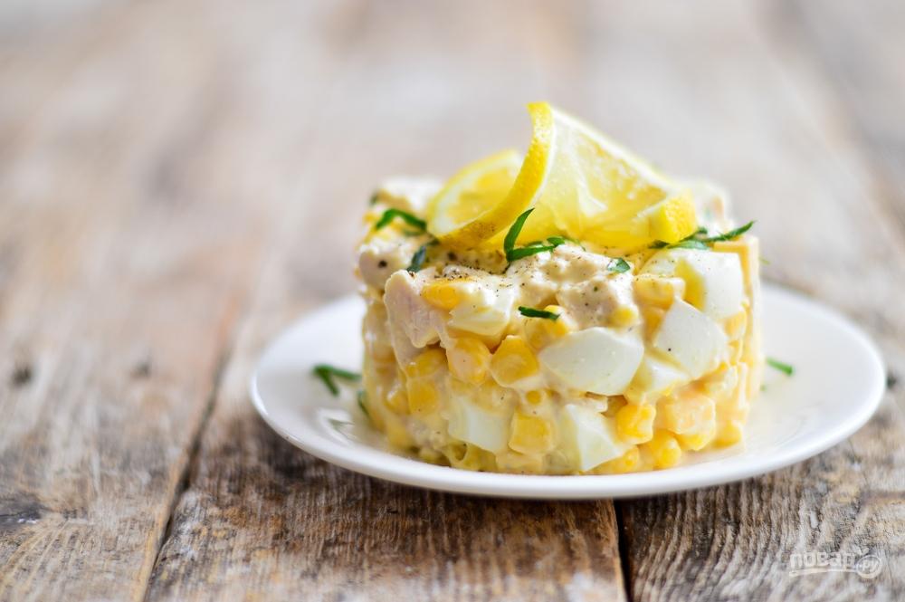 Салат из курицы, сыра, кукурузы и яиц
