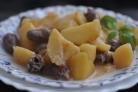 Куриные сердечки в горшочках с картошкой и чесноком