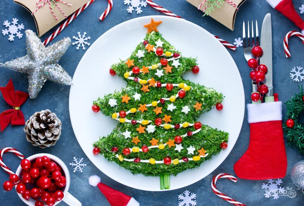 Слоеный салат в виде елки на Новы йгод