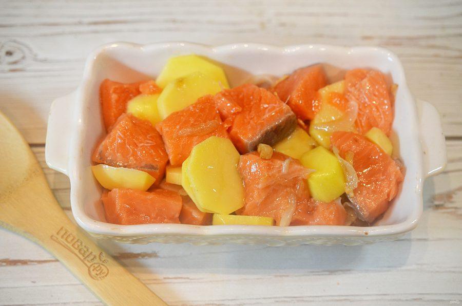 Приготовление запеканки из картошки и красной рыбы