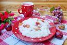 Сладкая рисовая каша со сливой