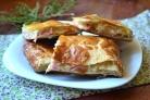 Пирог с начинкой из сыра и ветчины