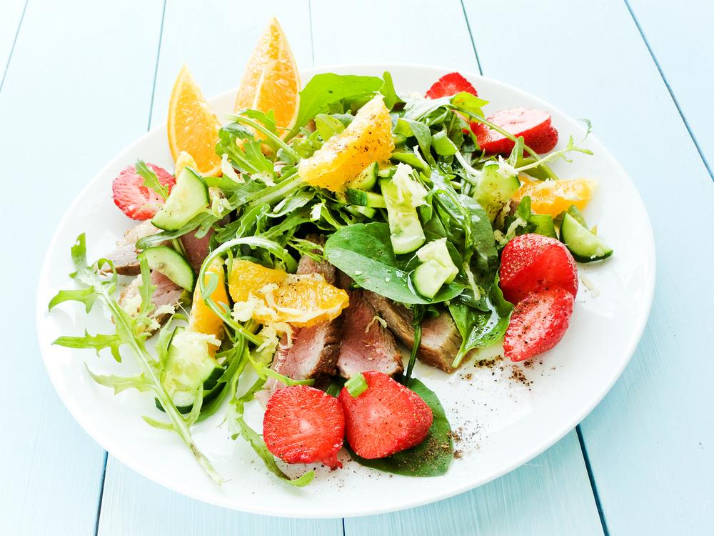 Салат с утиной грудкой и клубникой