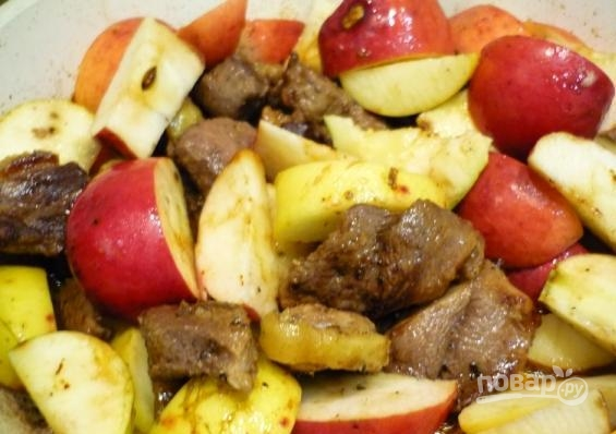 Утка, тушенная с черносливом и яблоком