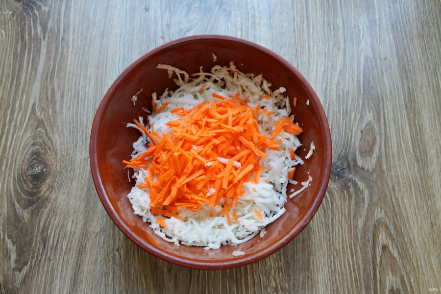 Салат из дайкона со сметаной