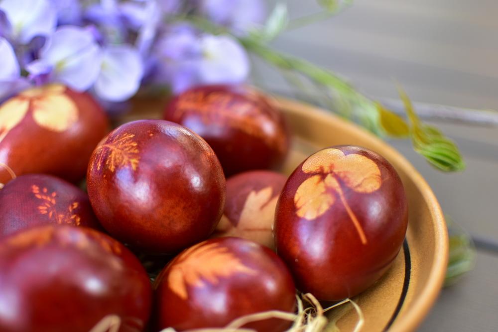 Яйца, крашенный луковой шелухой
