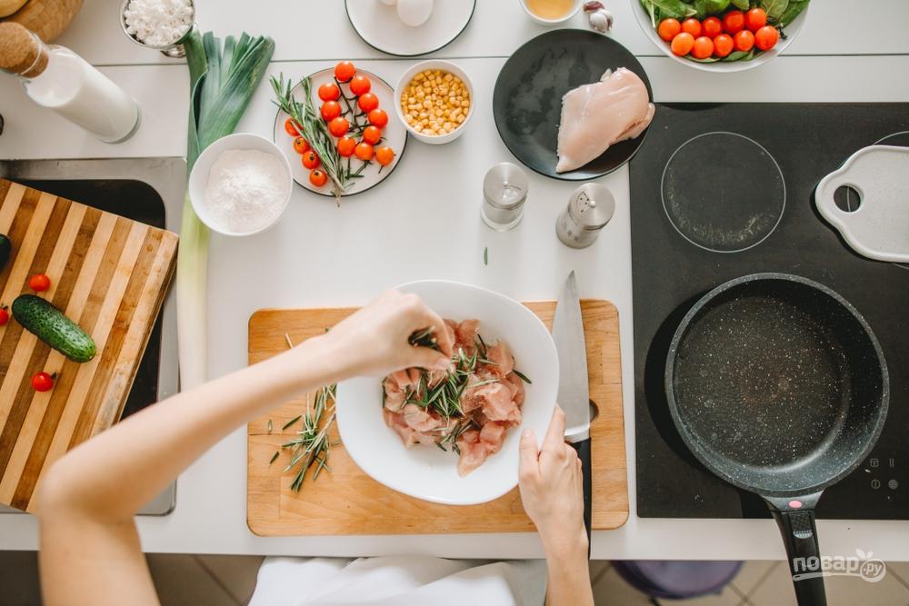 женщина готовит куриное филе
