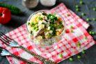 Салат с куриными сердечками и горошком