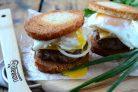 Чизбургер с гренками и яйцом
