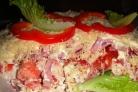 Салат с беконом, курицей и помидорами
