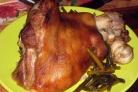 Запеченная в рукаве свиная рулька с чесноком и чесночными стеблями