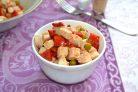 Салат с курицей, перцем и зеленым горошком