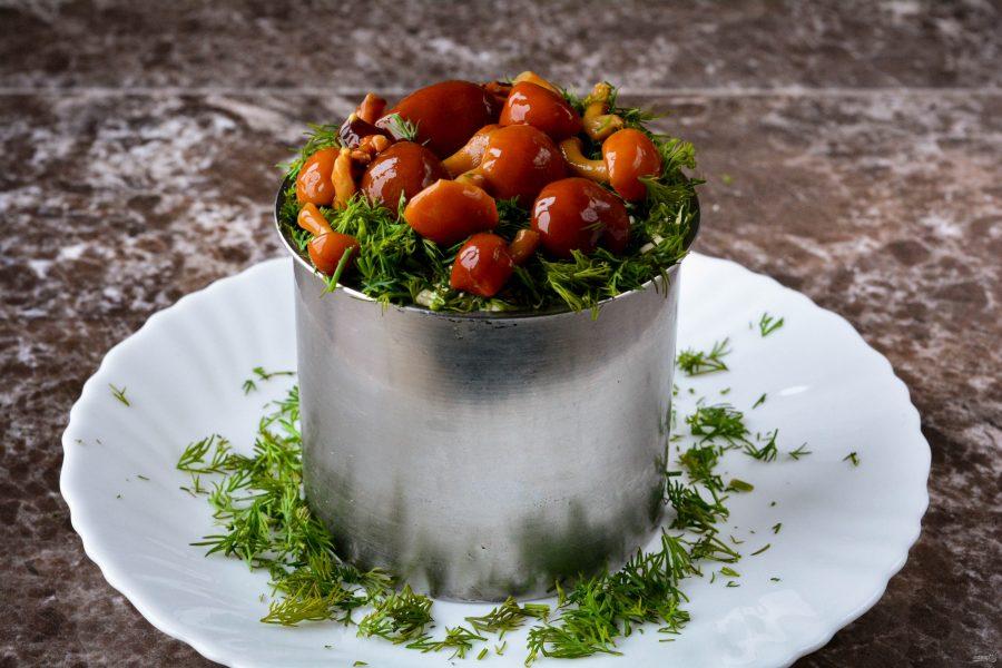 """Салат """"Грибная поляна"""" можно выложить в салатницу или сформировать при помощи кольца"""