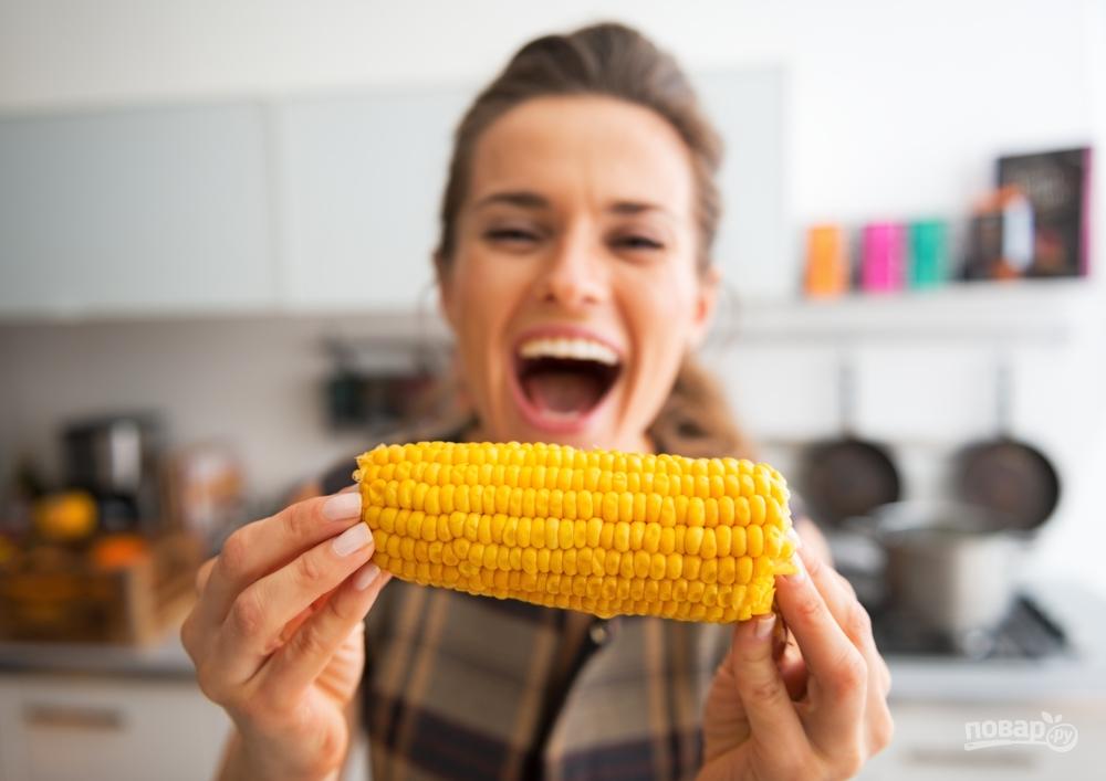 Женщина есть вареную кукурузу