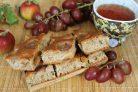 Пирог с виноградом и яблоками