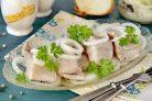 Рыба маринованная в уксусе с луком