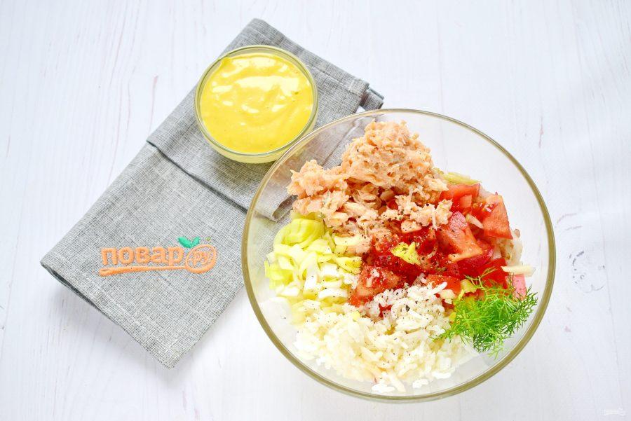 Приготовление салата из консервированной форели