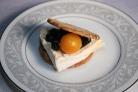 Сырный крекер с черникой и помидором