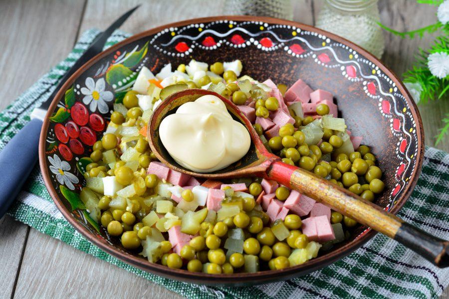 Салат «Оливье» с сосисками