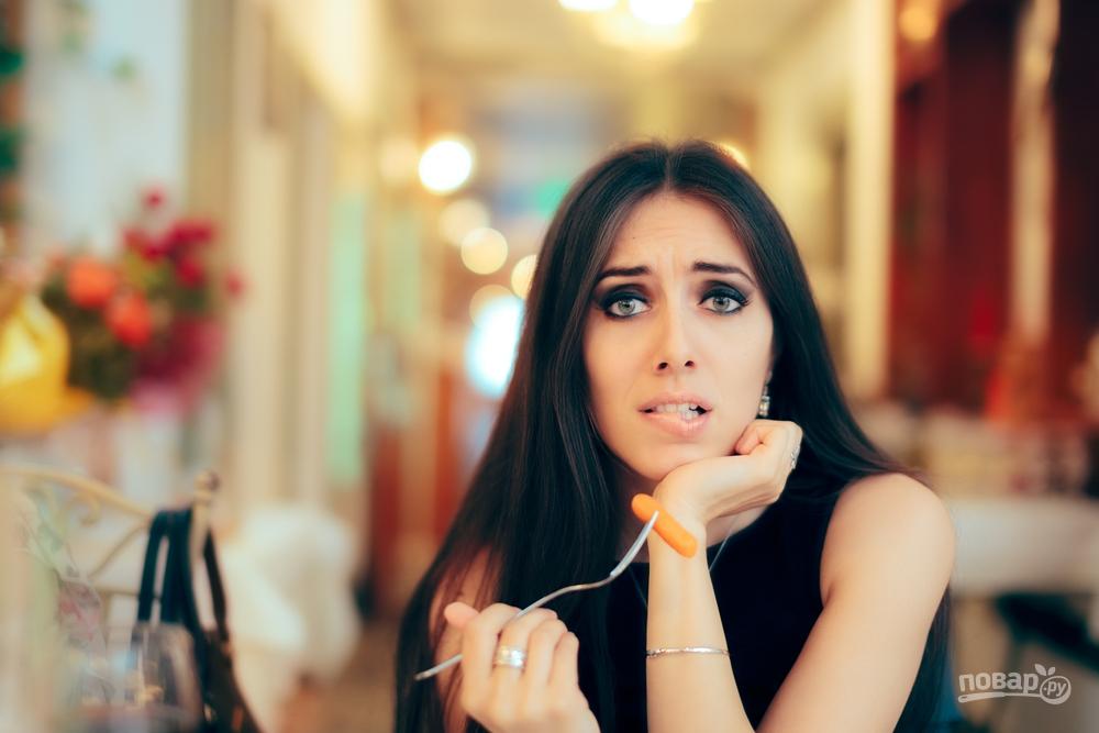 Девушка есть морковь