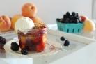 Десерт из персиков и ежевики