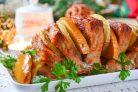 Мясо, запеченное с хурмой, яблоком и луком