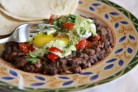 Вареные яйца с томатным соусом и фасолью
